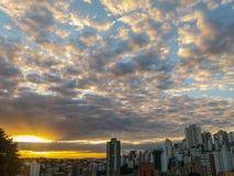 太阳在晚上点燃在贝洛奥里藏特市,巴西 库存图片