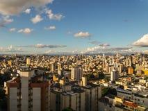 太阳在晚上点燃在贝洛奥里藏特市,巴西 免版税库存照片