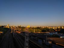 太阳在晚上点燃在贝洛奥里藏特市,巴西 免版税库存图片