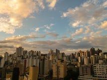 太阳在晚上点燃在贝洛奥里藏特市,巴西 免版税图库摄影