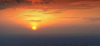 太阳在曼谷市,日落时间背景落下 免版税库存图片