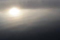 太阳在有薄雾的池塘反射 库存照片