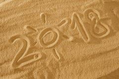 太阳在沙子的2018个季节年在海滩假日背景概念 库存图片