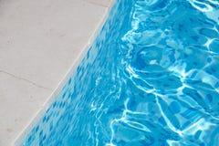 太阳在海滩水中反射了在游泳池 免版税库存照片