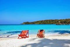 太阳在海滩的海滩睡椅 库存照片