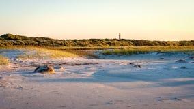 太阳在海滩设置斯希蒙尼克岛弗里斯,荷兰 库存照片
