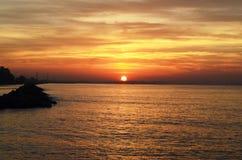 太阳在海设置了 库存照片