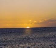 太阳在海设置了 库存图片