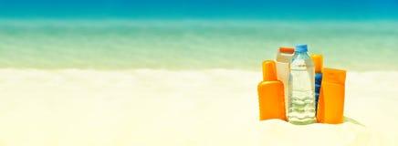 太阳在海滩的保护奶油 您系列节日快乐的夏天 库存图片