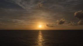 太阳在海洋设置了 免版税库存照片