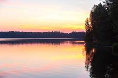 太阳在湖设置了在森林里 库存图片