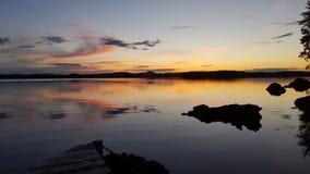 太阳在瑞典湖落下 免版税库存图片