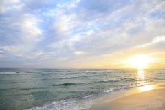 太阳在美丽的白色沙子佛罗里达海滩升起 免版税库存图片