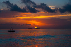 太阳在马尔代夫设置了 免版税库存图片