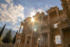 太阳在Celsus图书馆升起在以弗所伊兹密尔 免版税库存照片
