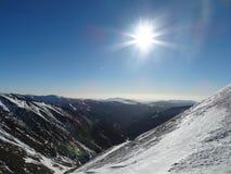 太阳在Fagaras山的一个冬日 免版税图库摄影
