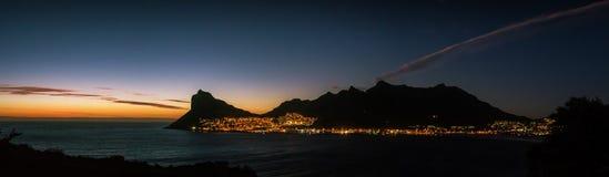 太阳在Hout海湾后设置,当稍兵峰顶现出轮廓反对金黄光 库存照片