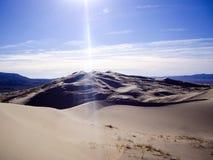 太阳在Kelsoo加利福尼亚沙丘沙漠发出光线  免版税库存照片