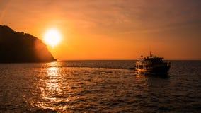 太阳在Similand海岛,泰国设置了 免版税库存图片