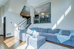 太阳填装了两层的公寓客厅  免版税图库摄影