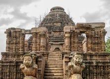 太阳寺庙的入口有一头对石狮子的,科纳克太阳神庙,Odisha,印度 免版税库存图片