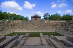 太阳寺庙的外面看法在河Pushpavati的河岸的 修造1026年- 27公元,马赫萨纳区, Guj Modhera村庄  库存照片