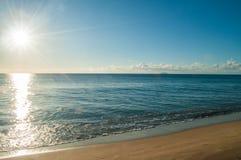 太阳射线在海滩的早晨 图库摄影