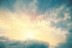 太阳射线天堂般的看法点燃绿松石天空蔚蓝的 免版税库存照片