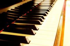 太阳射线接触的钢琴 免版税图库摄影
