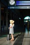 太阳帽子的女孩在火车站的候诊室 库存图片