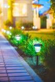 太阳庭院光,灯笼在花床上 庭院 免版税库存照片