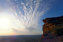 太阳开始设置在世界,沙特阿拉伯王国的边缘 免版税库存照片