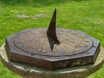 太阳时钟在一个公园在一个晴天 免版税库存图片