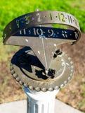 太阳时钟在玫瑰园 库存照片