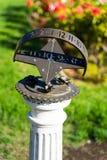太阳时钟在玫瑰园 免版税库存图片