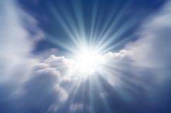 太阳明亮的闪光从云彩的后面 库存图片