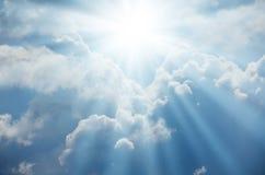 太阳明亮的闪光从云彩的后面 免版税库存图片