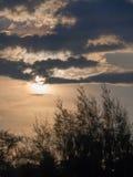 太阳是在一朵灰色云彩后 图库摄影