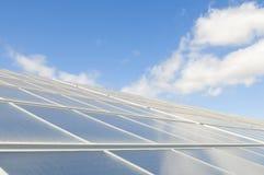 太阳替代蓝色生态学面板的天空 免版税库存图片