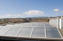 太阳替代蓝色生态学面板的天空 免版税库存照片