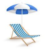太阳有海滩睡椅的沙滩伞在白色 库存照片