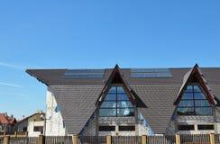 太阳水加热SWH系统使用屋顶太阳电池板 家庭天窗,屋顶窗 Eco聪明的议院节能 免版税库存图片