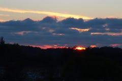 太阳消失在重的云彩下 免版税库存图片