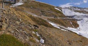 太阳点燃乘坐4k西班牙的天时间早期的冬天山滑雪resirt推力 股票视频