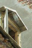 太阳点燃了在砖bacground的巨型蜘蛛网轰鸣声屋顶 免版税库存照片