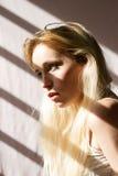 太阳点燃的一个肉欲的金发碧眼的女人 库存图片