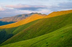 太阳点燃的山在黎明 夏天山横向 eur 免版税图库摄影
