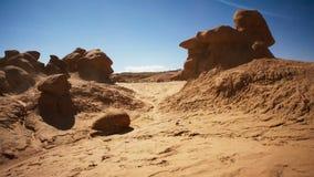 太阳烧焦岩石沙漠并且由被风吹沙子走遍 沙漠岩石被塑造在奇怪,另一世界的lanscapes 免版税库存照片