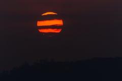 太阳焕发水平的云彩线路   图库摄影