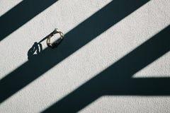 太阳熔铸在白色混凝土墙 图库摄影